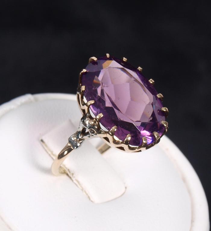 Zelta gredzens ar violetu akmeni