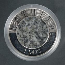 Akmens monēta ar nominālu 1 Lats sudraba ietvarā