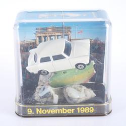 """Suvenīrs """"Berlīnes mūra fragments ar mašīnu """"Traban"""""""""""