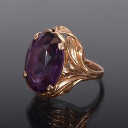 Zelta gredens ar violetu akmeni