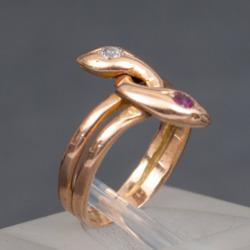 """Zelta gredzens """"Čūska"""" ar briljantu un rubīnu"""