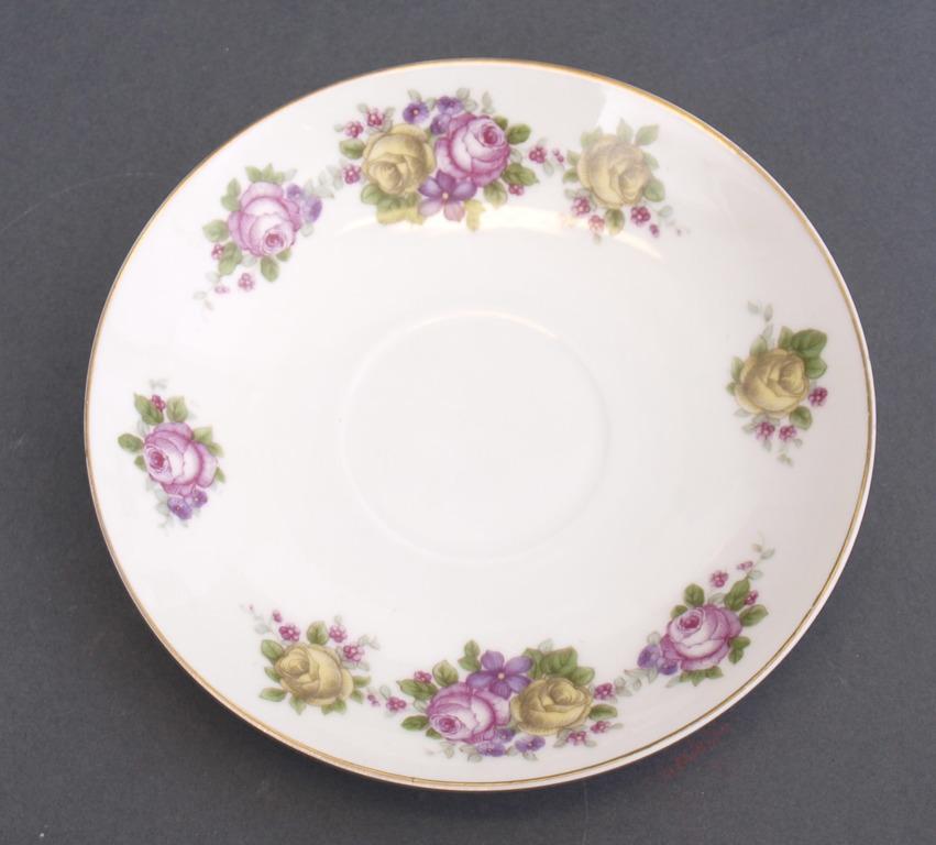 Porcelāna tasīte ar 2 apakštasēm