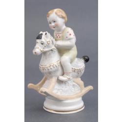 """Porcelāna figūra """"Puisītis uz šūpuļzirdziņa"""""""
