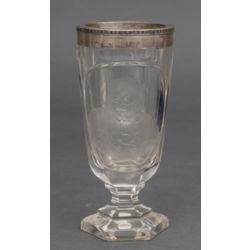 Stikla kauss ar sudraba apdari