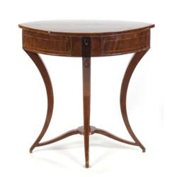 Klasicisma stila rokdarbu galdiņš