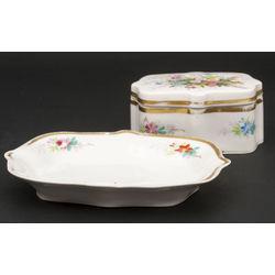 Porcelāna trauks ar vāku un servējamais šķīvis