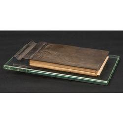 Sudraba piezīmju grāmatiņa uz stikla pamatnes