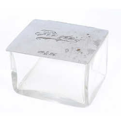 Stikla trauks ar metāla apdari