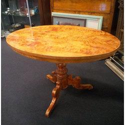 Tējas galds ar liesmojošā bērza finierējumu