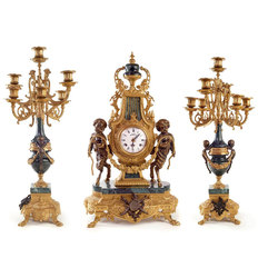 Pulkstenis ar diviem svečturiem