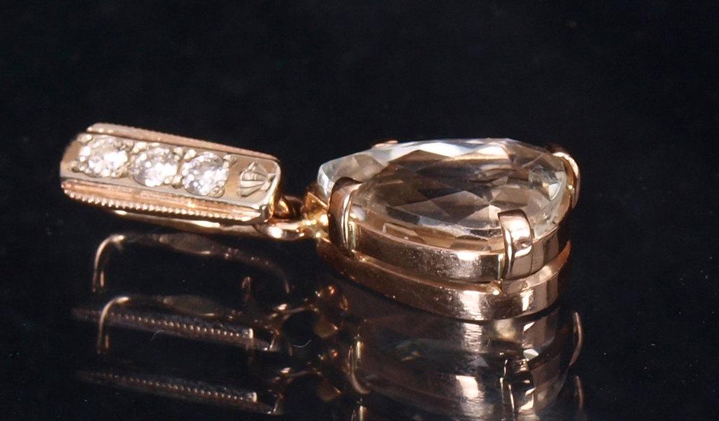 Zelta kulons ar spodumenu un briljantiem