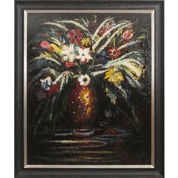 Ekspresīvā ziedu klusā daba ar tulpēm un anemonēm