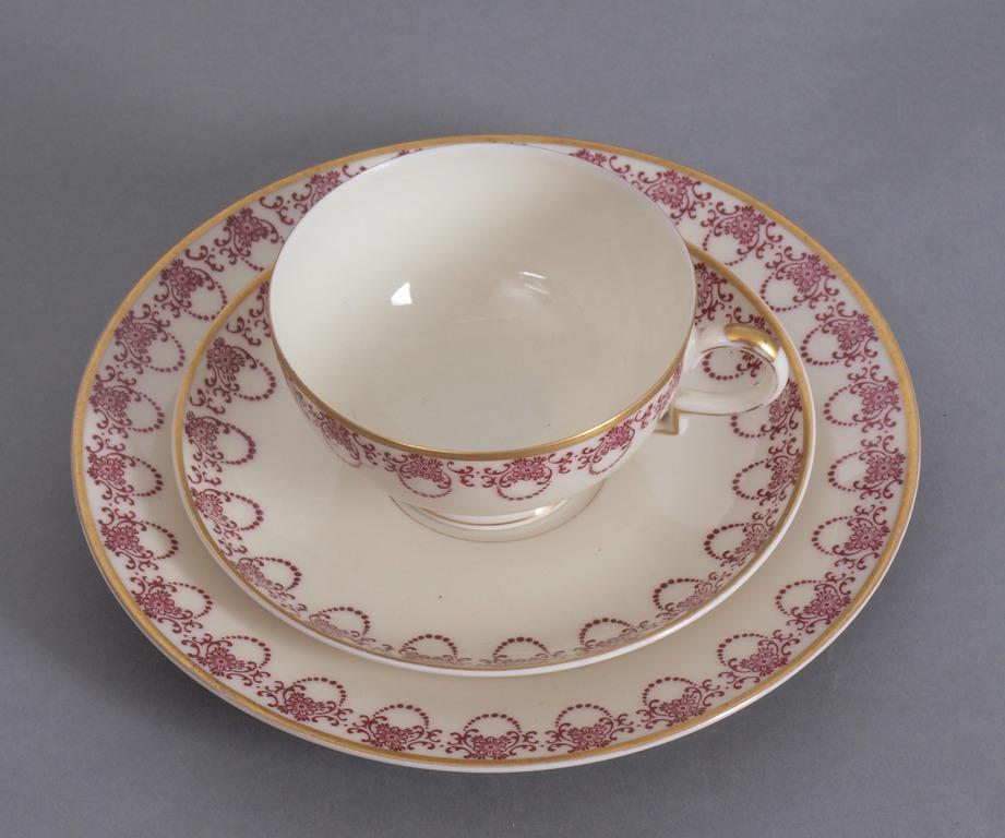 Porcelāna tasīte ar apakštasīti un šķīvi