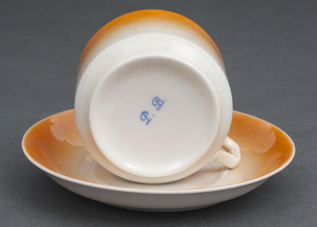 Porcelāna tasītes ar apakstasītēm (5 gab)