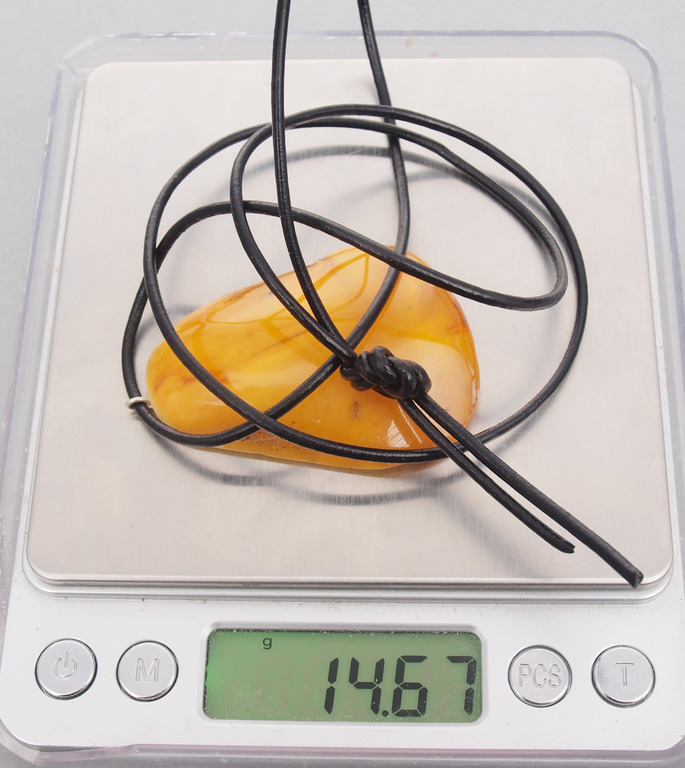 100% Dabīgā Baltijas dzintara kulons ādas aukliņā, 10.48 g