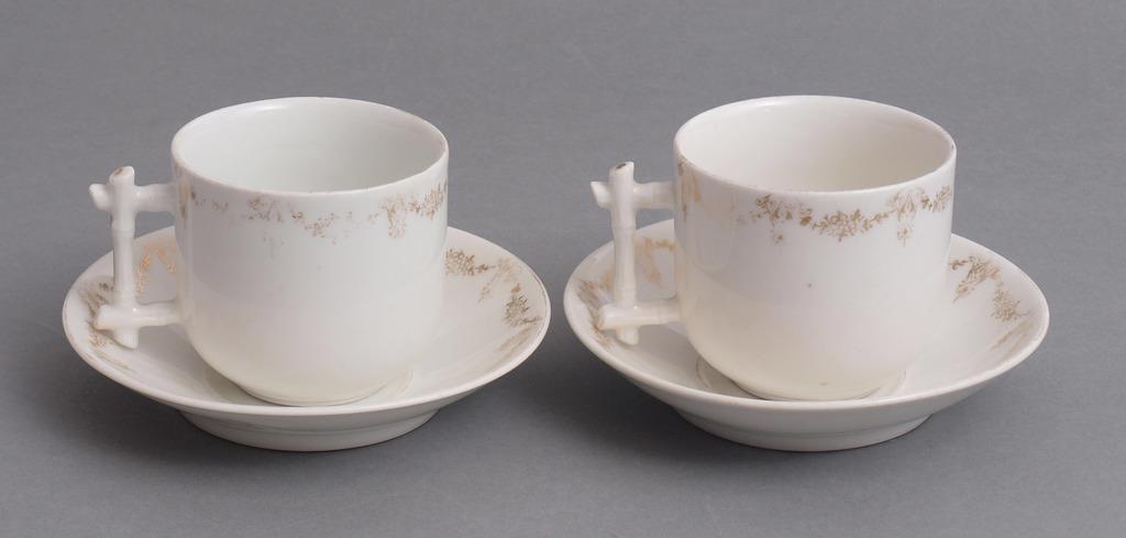 Divas porcelāna tasītes ar apakštasītēm