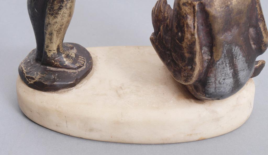 Bronzas figūra uz marmora pamatnes