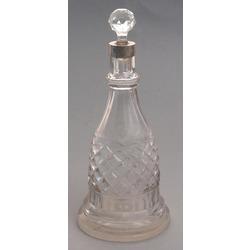 Stikla karafe ar sudraba apdari