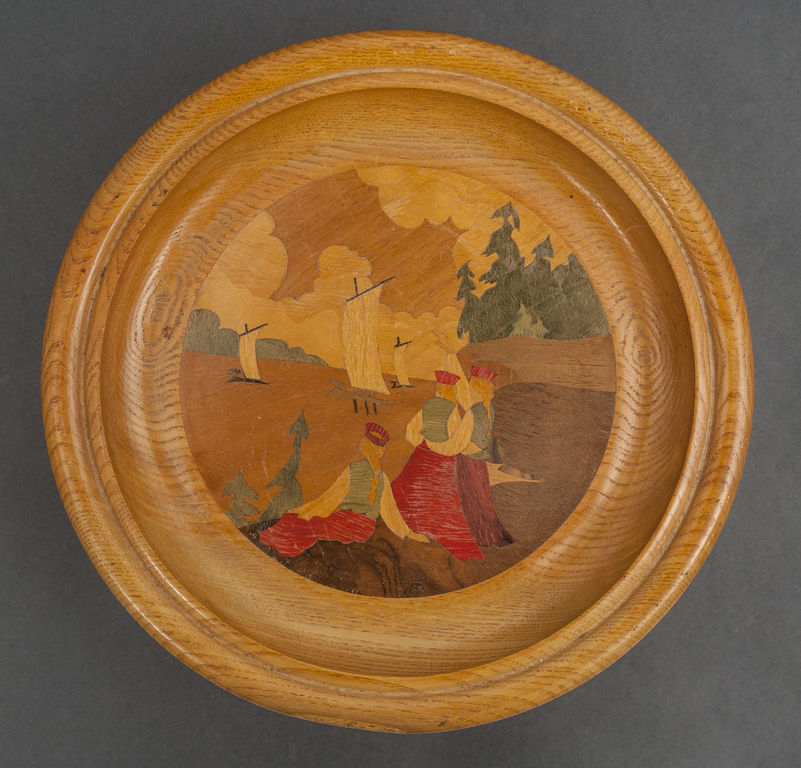 Koka šķīvis ar intarsijām