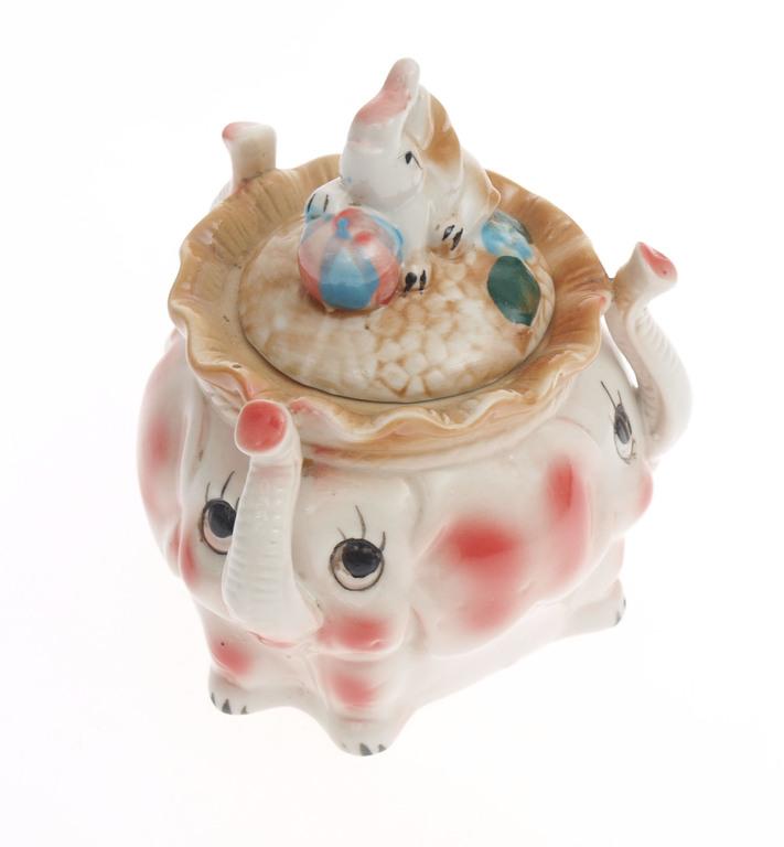 Porcelāna trauks ar vāciņu