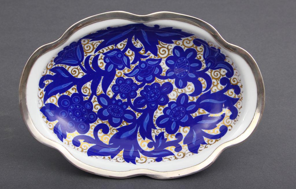 Porcelāna servējamais trauks ar sudraba apdari