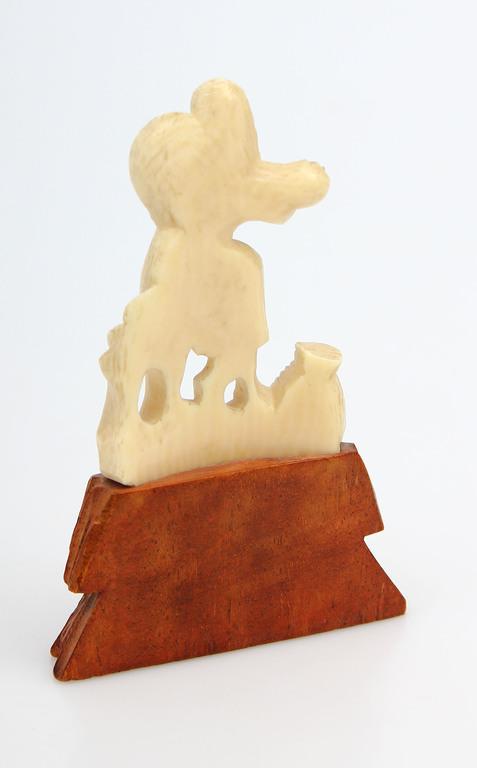 Kaula figūriņa uz koka pamatnes