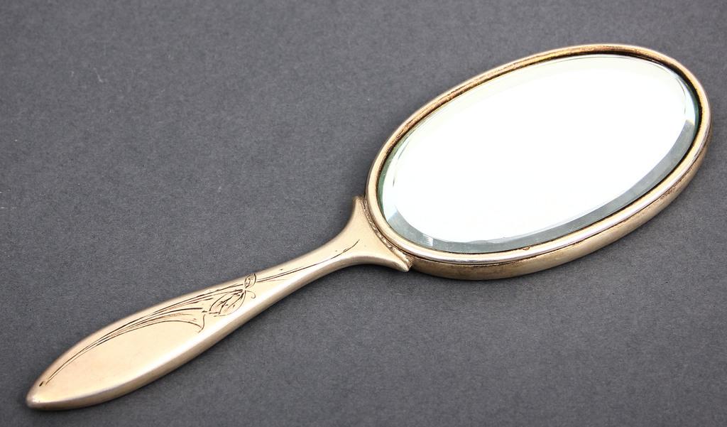 Spogulis sudraba ietvarā