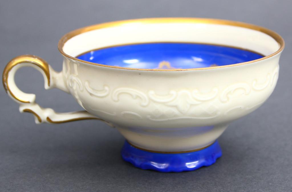 Porcelāna tasīte ar apakštasītēm