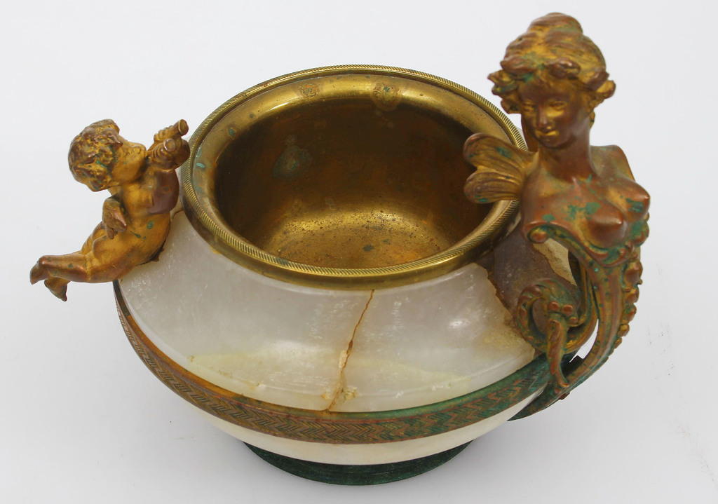 Zeltītas bronzas trauks ar malahītu