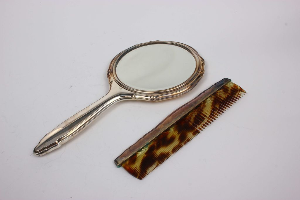 Sudraba buduāra komplekts oriģinālajā kastē - spogulis, 2 drēbju birstītes, ķemmīte
