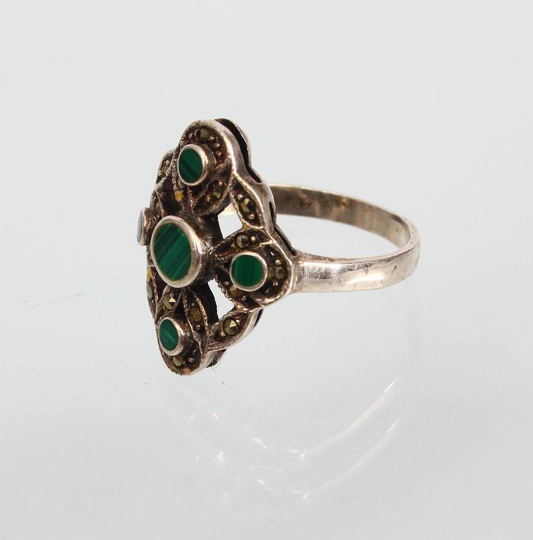 Sudraba gredzens ar zaļu akmeni