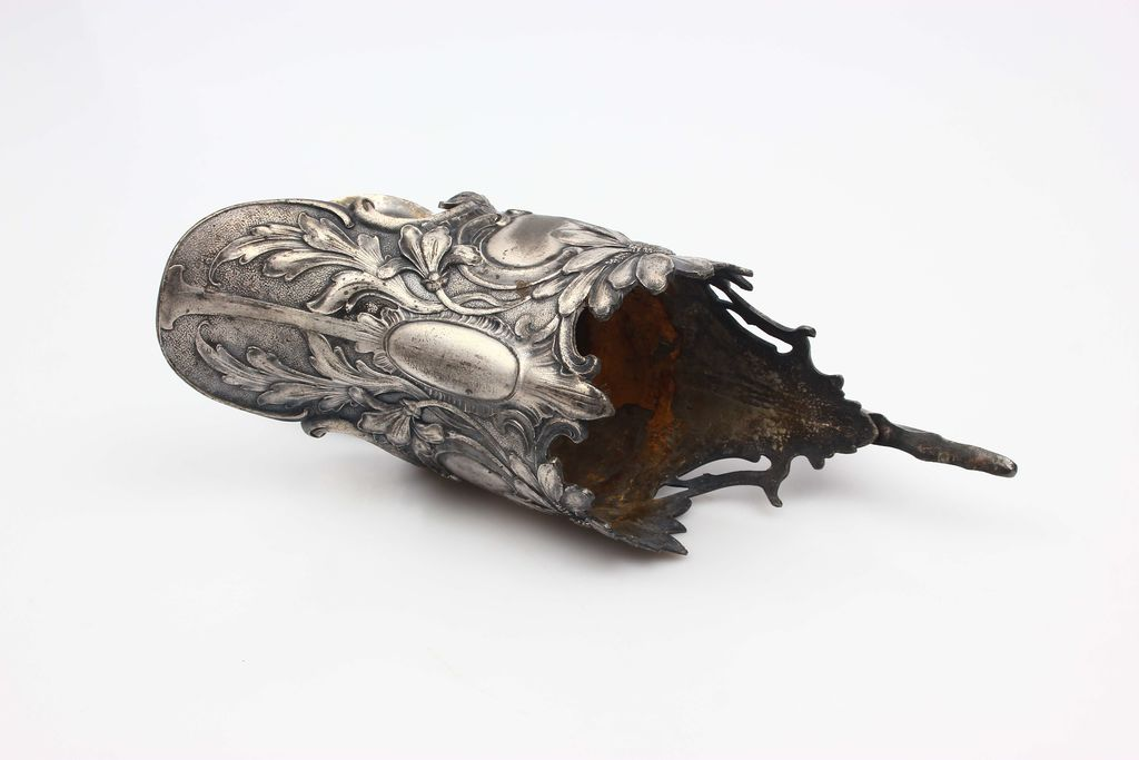 Apsudrabota metāla karafes augša