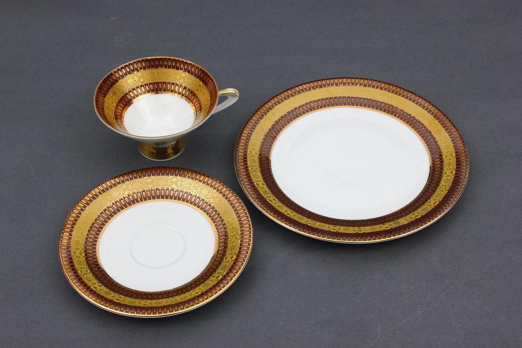 Porcelāna šķīvis un tasīte ar apakštasīti