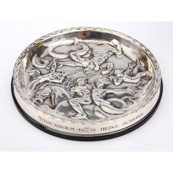 Sudraba pelnutrauks ar senskandināvu mitoloģijas iedvesmotu dizainu un dievu un citu fantastisku būtņu apveidu