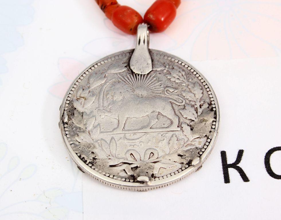 Koraļļu kaklarota ar Persijas monētu