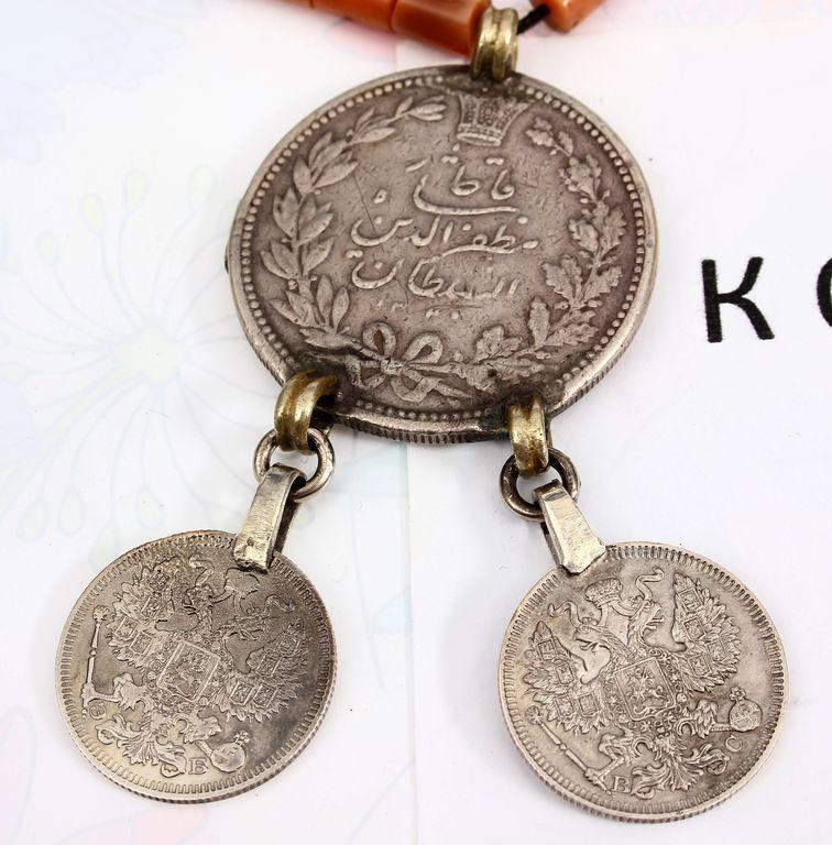 Koraļļu kakalrota ar trīs monētām(дукачи)