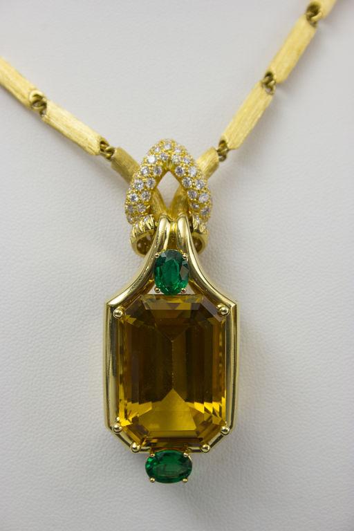 Kaklarota ar iestrādātiem 86 briljantiem un 2 naturāliem smaragdiem un naturālu zeltaino berilu