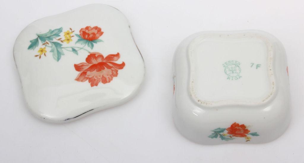 Porcelāna lādīte ar vāku