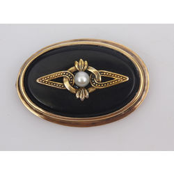 Brooch with pearl