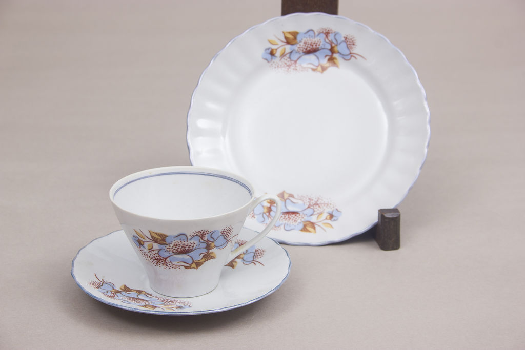 Porcelāna tasīte ar 2 apakštasītēm