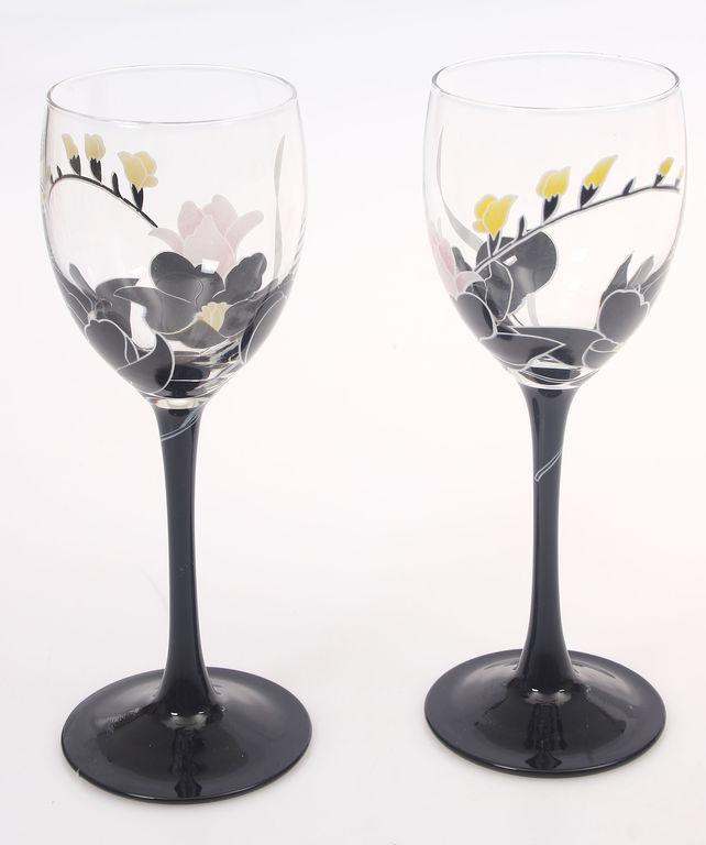 Divas stikla glāzes
