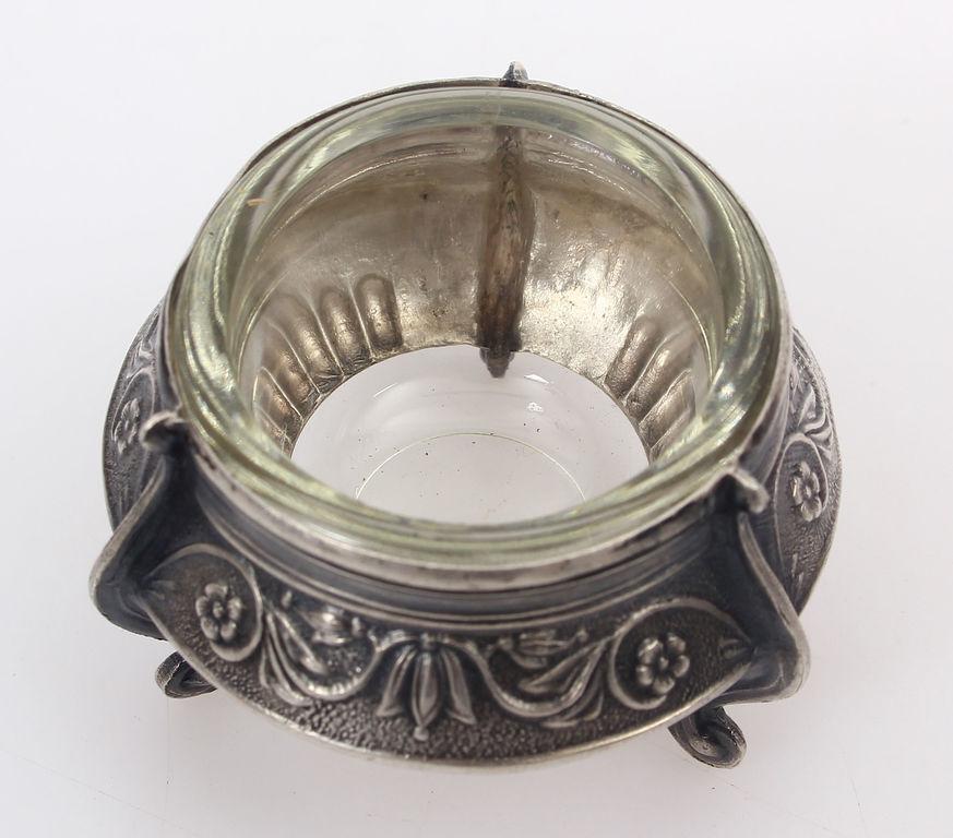 Stikla traucinš ar metāla apdari