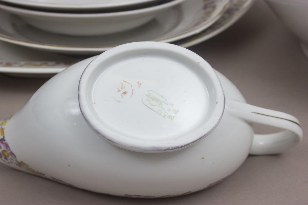 Fajansa trauku komplekts - 3 dažādi servējamie šķīvi, 2 zupas šķīvji, mērces trauks, terīne