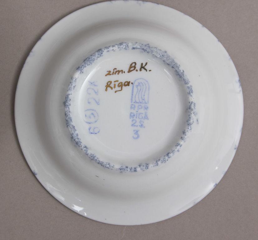 4 porcelāna šķīvīši