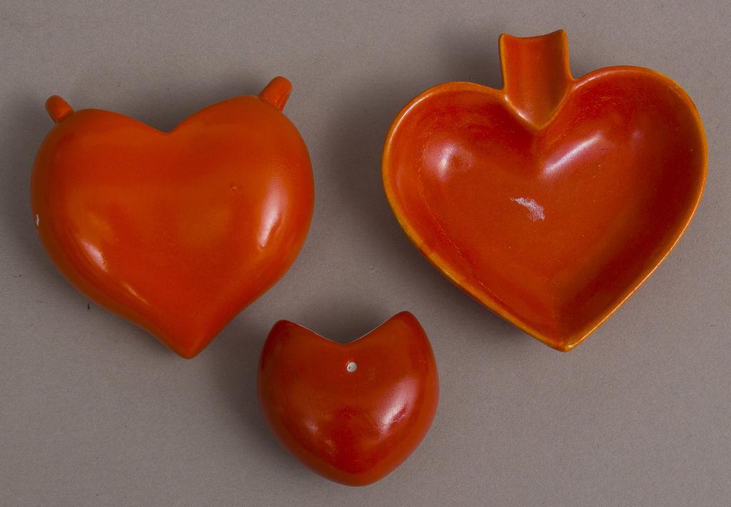 Porcelāna trauciņu komplekts sirds formā - vāzīte un 2 trauciņi