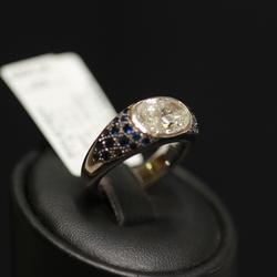 Золотое кольцо с бриллиантом, сапфиры