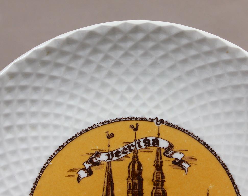 Porcelāna dekoratīvs šķīvis