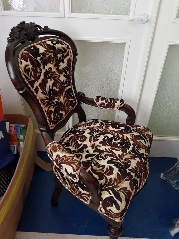 Divi krēsli no Jaungulbenes barona Volfa muižas (pils)