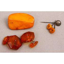 Dzintara izstrādājumi - aproču pogas, broša un piespraude