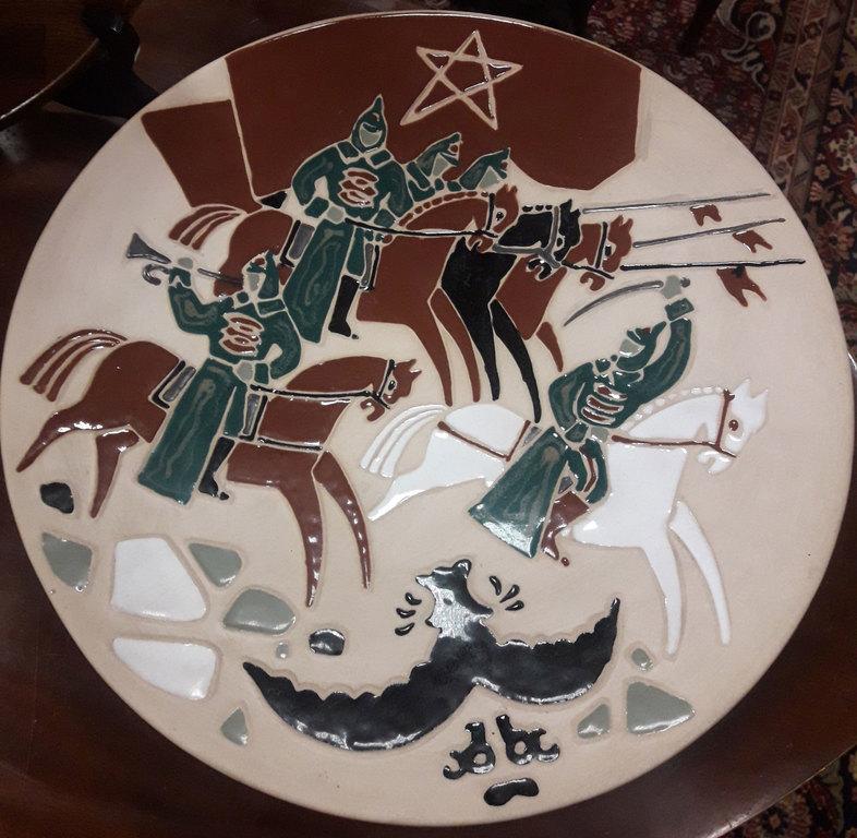 Dekoratīvais keramikas šķīvis 'Sarkanarmieši pret baltajiem'